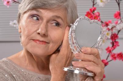 starsza-kobieta-z-lustrem-55712764